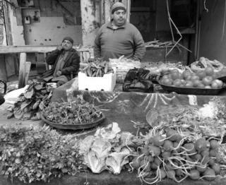 Xarabalıqların ətrafında bombalanmış evlər - tərəvəz dükanı