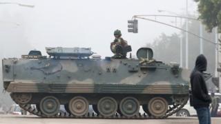 Soldados em cima de tanque em Harare