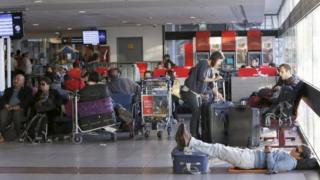 Passengers stranded during Chile airport strike, 17 Dec 2015