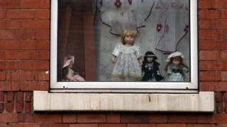 Игрушки в окне