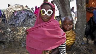 """Msichana akiwa na """"miwani"""" kwenye kambi nje ya mji wa Mogadishu"""
