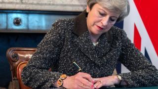 英国首相特里莎·梅签字,正式开始脱欧进程