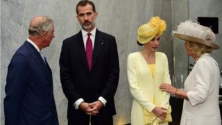 Короля Филиппа VI и его супуругу Летицию приветствовали принц Уэльский и герцогиня Корнуэльская