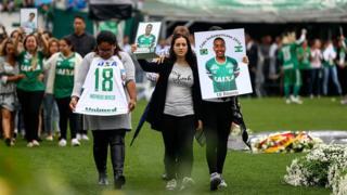 Болельщики чтят память погибших футболистов