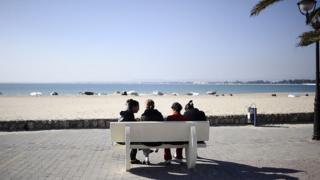 Jovens em uma praia tunisiana