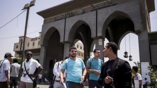طلبة أمام مقر جامعة الأزهر
