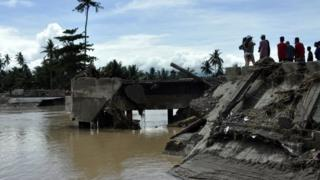 People look at a collapsed bridge in Tubod, Mindanao island. Photo: 23 December 2017