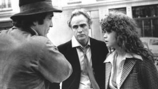 撮影中のベルトルッチ監督(左)、主演マーロン・ブランドさん(中央)とマリア・シュナイダーさん。