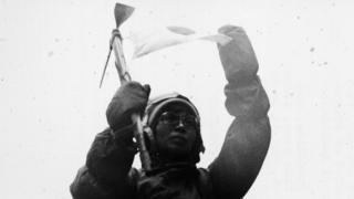 田部井さんはエベレスト登頂に成功する12日前に雪崩に巻き込まれた(写真は登頂時のもようを再現して見せた当時の田部井さん)