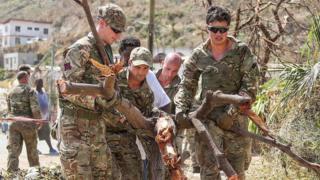 Miembros del Ejército británico forman parte de los esfuerzos de recuperación en Tortola.
