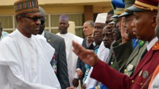 Rais Buhari akiwasalimia baadhi ya wakuu wa polisi