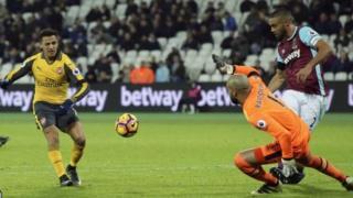 Alex Sanchez akimfunga kipa Darren Randolph wa West Ham