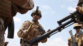 Saudi Col Abdullah al-Sahyan talks to his soldiers at their base in Ade (28 September 2015)