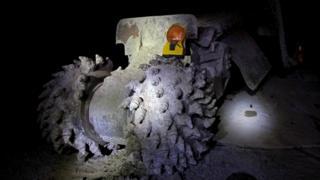 Такие машины позволяют шахтерам углублять тоннель на 4 метра в сутки