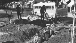 Bir grup İsrailli 1967 Haziran ayında Tel Aviv'de sığınak ve hendekler kazıyor