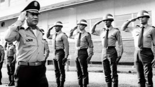 El general de Panamá Manuel Noriega con tropas en 1985