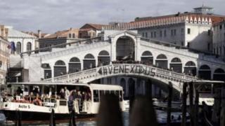 Người biểu tình để dấu hiệu Venexodus cạnh cầu Rialto