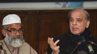 ज़ैनब के पिता के साथ पंजाब प्रांत के सीएम शाहबाज़ शरीफ