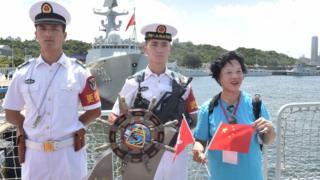 獲安排出席歡迎儀式的香港市民與銀川艦上的軍人合影(中新社圖片7/7/2017)