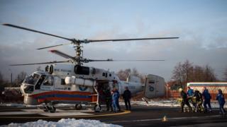 """Вертолет МЧС Ка-32 доставляет пострадавших в результате ДТП на трассе """"Скандинавия"""" в больницу Выборга"""