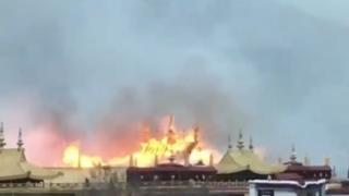 온라인에 공유된 영상에서 불타는 조캉사원의 모습이 보인다