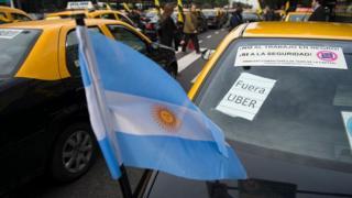 Taxistas protestan contra la empresa Uber en Buenos Aires.