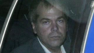 John Hinckley Jr. 2003 yılında mahkemeye götürülürken