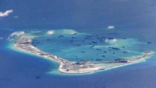 Кытай Спратли архипелагындагы аралды жасалма түрдө көбөйтүп, ага аскердик инфраструктурасын жайгаштырып жатат.