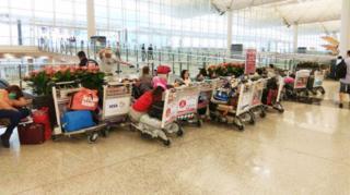 因颱風滯留香港機場的旅客(台灣中央社圖片23/8/2017)