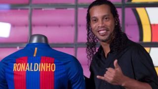 """Le footballeur Ronaldinho, ancien joueur du FC Barcelone, a sorti un single dénommé """"Sozinho"""""""