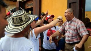 People argue against and for the October 2 plebiscite as Colombia's centre-right government and the Marxist FARC rebel group sign a peace deal on Monday to end a half-century war, in Cartagena, Colombia, September 26, 2016