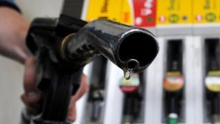 Primer plano de la boquilla de combustible en la bomba de gasolina