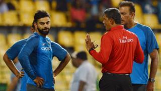 पिच का मुआयना करते भारतीय कप्तान विराट कोहली और कोच रवि शास्त्री