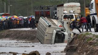 Lori hili lilisukumwa na mafuriko ya ghafla na kuanguka mtoni eneo la Isinya kilomita 60 kutoka jiji kuu la Nairobi