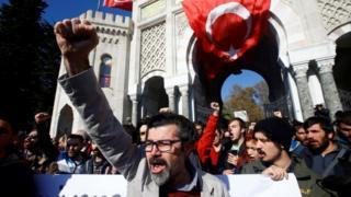Türkiye'de başarısız darbe girişiminin ardından görevinden alınan akademisyenler çok sayıda gösteri gerçekleştirdi.