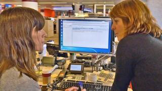 Leire Ventas, periodista de BBC Mundo, junto a Carolina Robino, editora general de BBC Mundo