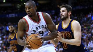 Serge Ibaka (9) des Toronto Raptors essaie de dribbler Kevin Love (0) des Cleveland Cavaliers en demi-finales de la Conférence de l'Est lors des éliminatoires de la NBA en 2017 à Toronto, Canada.