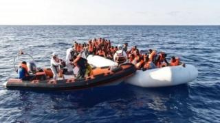 Une des nombreuses embarcations transportant des migrants