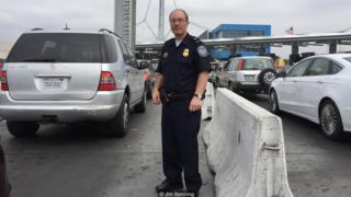 Robert Hood posa para la cámara vestido de uniforme de funcionario de protección de fronteras estadounidense