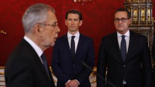 Austrian President Alexander van der Bellen (L) at swearing-in with Mr Kurz (C) and Mr Strache (R)