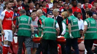 Gabriel baada ya kupata jeraha la goti katika mechi dhidi ya Everton akitolewa uwanjani
