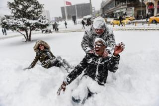 Туристы и жители Стамбула наслаждаются зимней сказкой на центральной площади Таксим