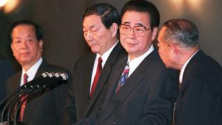 钱其琛(左一)、朱镕基(左二)与李鹏(右二)在北京全国人大记者会上(18/3/1995)