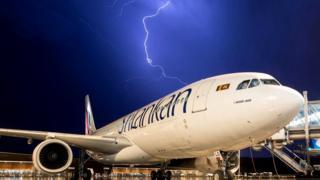 Молния обтекает тело человека - примерно так, как это происходит, когда она попадает в авиалайнер. Правда, самолеты специально конструируют так, чтобы не допустить молнию внутрь. Еще одна загадка человеческого тела…