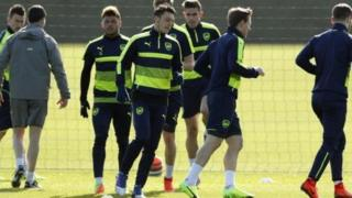 Mesut Ozil tare da 'yan wasan Arsenal lokacin atisaye