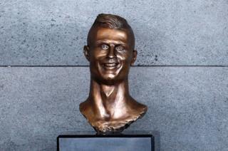 Un busto de bronce del futbolista Cristiano Ronaldo en el Aeropuerto Funchal, Portugal, 29 marzo, 2017.