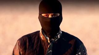 Combatente do EI em vídeo do grupo