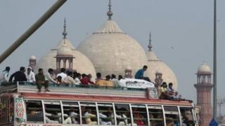 दिल्ली में जामा मस्जिद और बस
