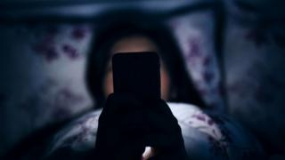Проверяя электронную почту в постели