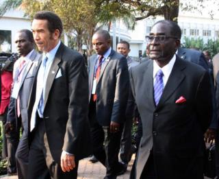 Rais wa Botswana kushoto Ian Khama na mwenzake wa Zimbabwe Robert Mugabe